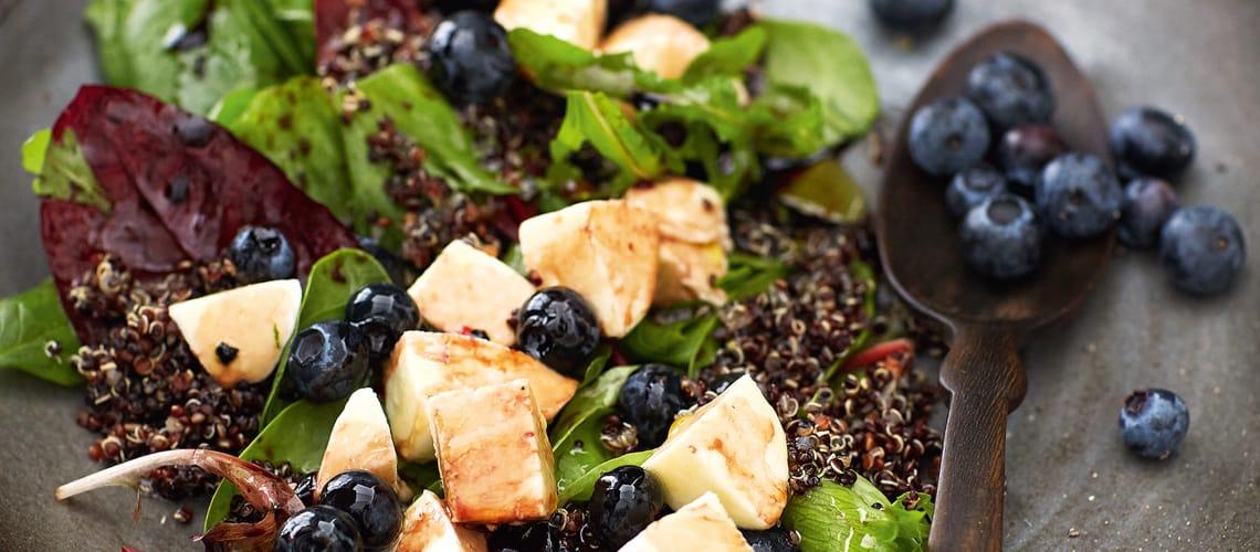 Quinoa-Heidelbeer-Salat mit Cassis-Vinaigrette