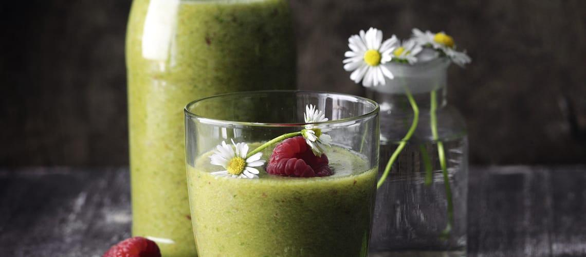 Wellness-Smoothie mit Blättern und Gänseblümchen