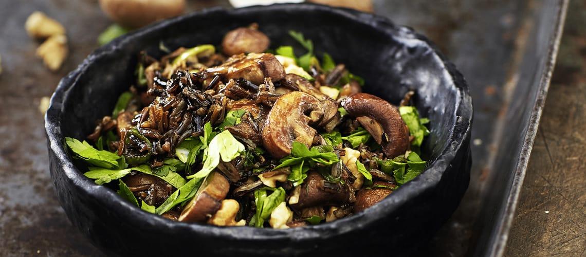 Pilzsalat mit schwarzem Reis und Walnuss-Vinaigrette