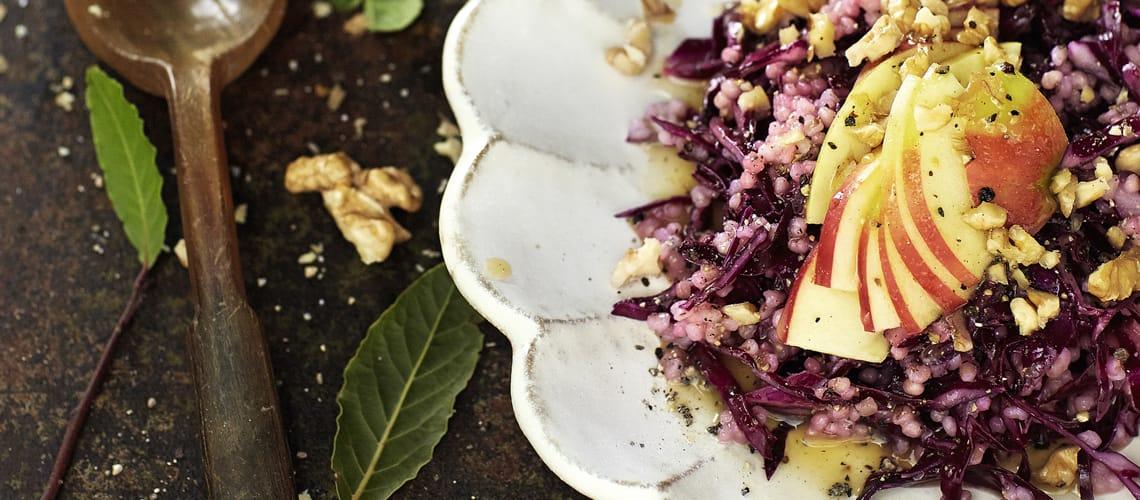 Rotkohl-Graupen-Salat mit Walnuss-Apfel-Vinaigrette