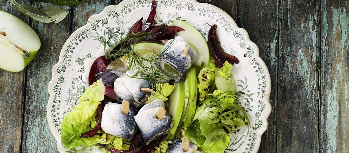 Rollmops-Salat mit roten Zwiebeln und grünem Apfel