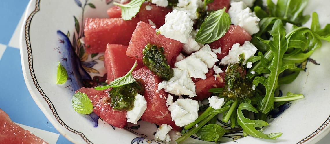 Wassermelonen-Feta-Salat mit Pistazien-Minz-Pesto