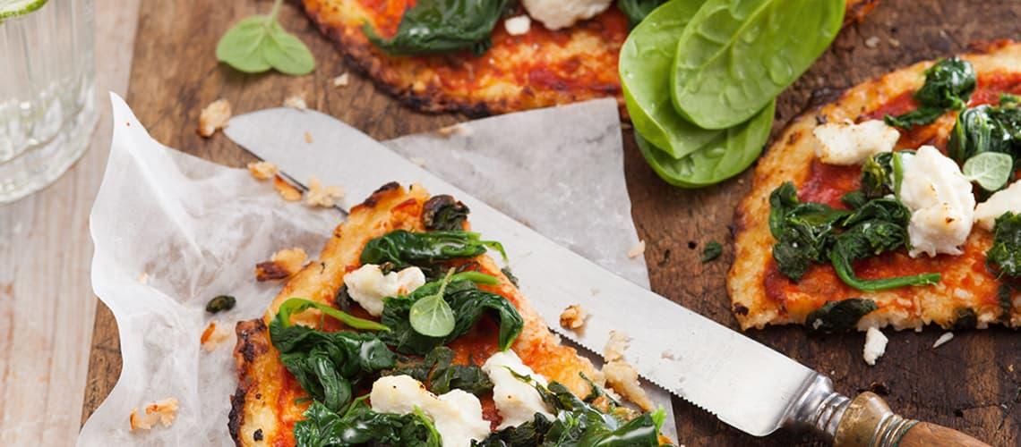 Blumenkohlpizza mit Spinat und Ricotta