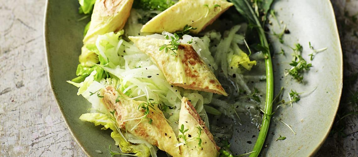 Salat mit Omelett-Schnecken und Agavensirup-Vinaigrette