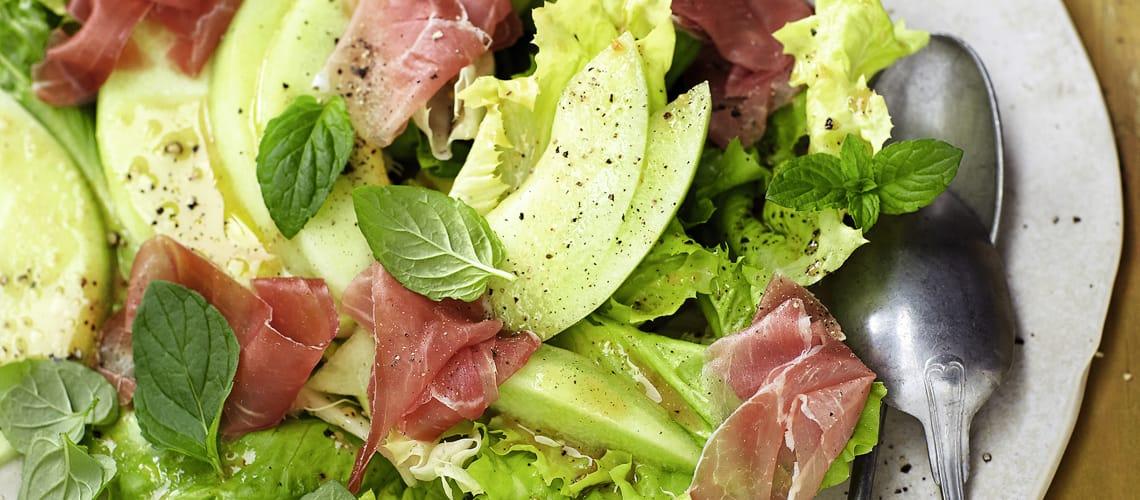 Schinken-Melone-Salat mit nussiger Sherry-Vinaigrette