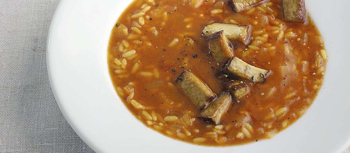 Tomaten-Reis-Suppe mit Räuchertofu