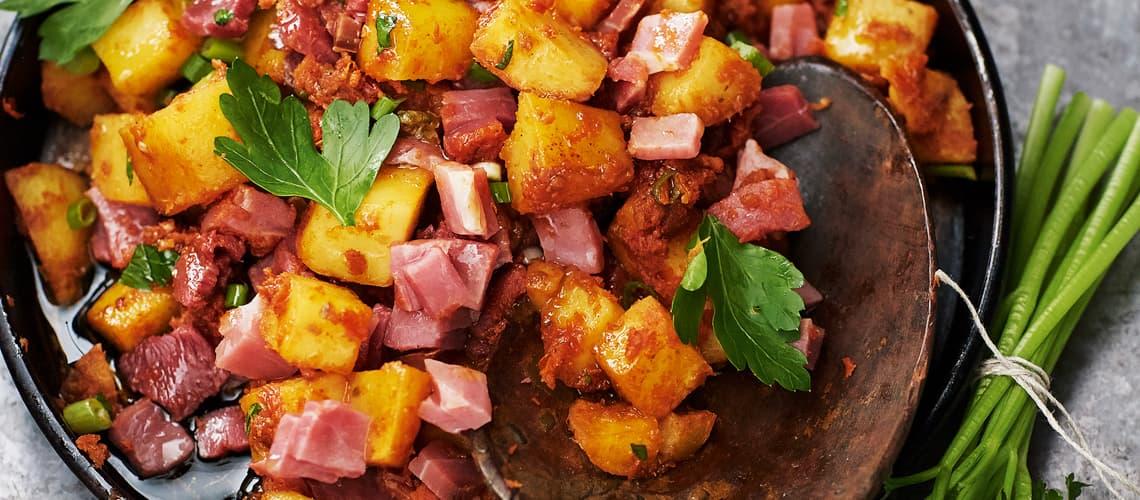 Bratkartoffelsalat mit Schinken und Tomaten-Dressing