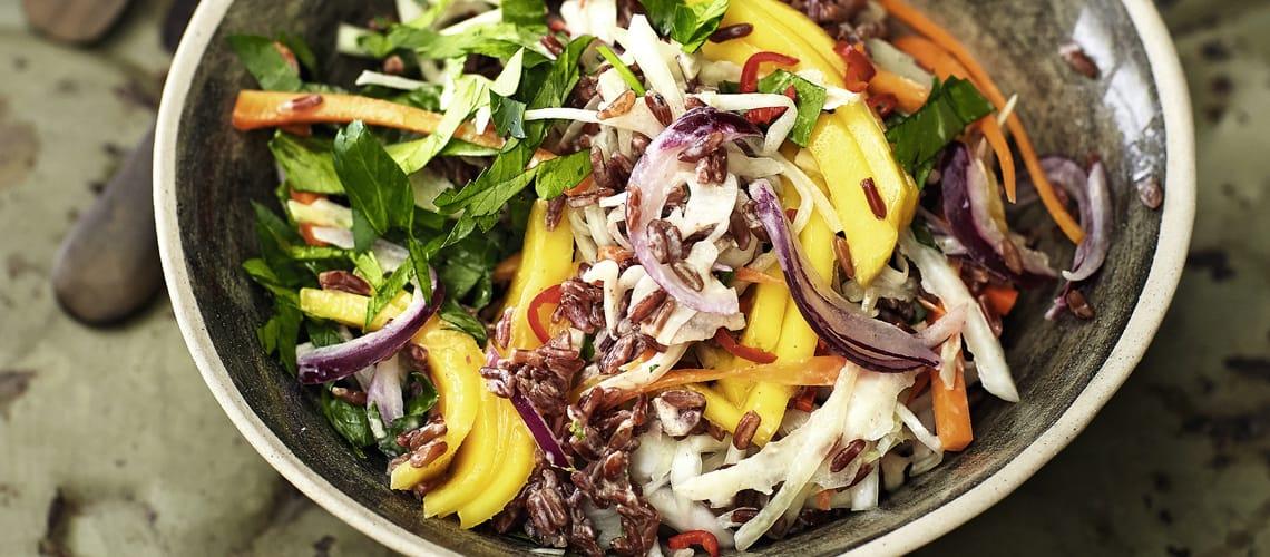 Roter Reissalat mit Mango und Frischkäse-Limetten-Dressing