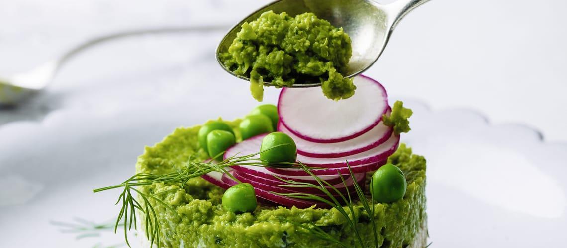 Grünes Minzpüree auf Radieschen-Couscous