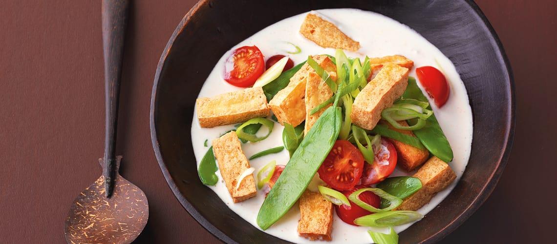 Tofu und Zuckerschoten in Kokosmilch