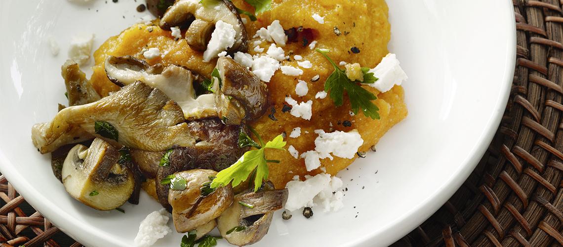 Paprika-Polenta mit Pilzen und Feta