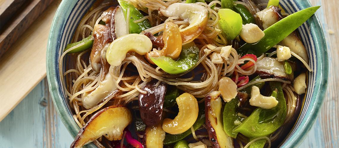 Glasnudeln mit grünem Gemüse und Cashews