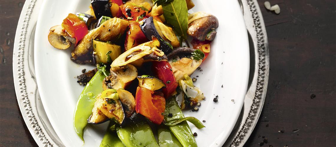 Pilze und Aubergine auf grünen Bohnen