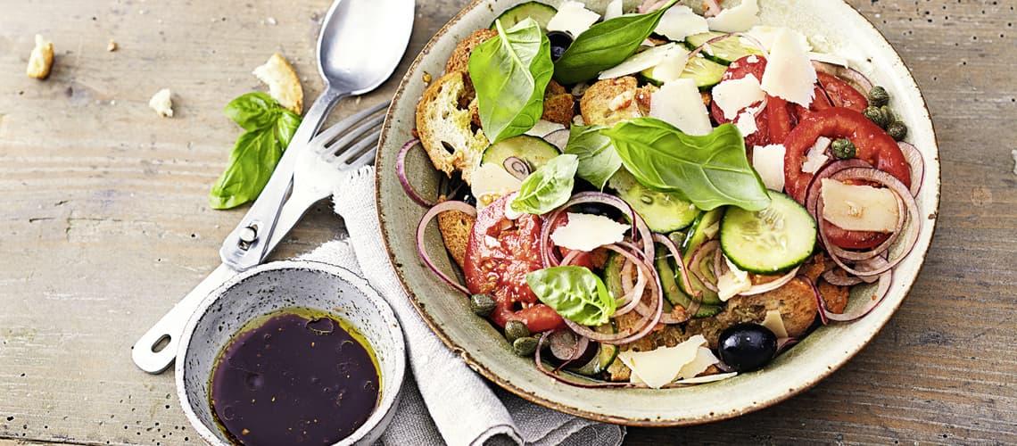 Gemüse-Brotchips-Salat