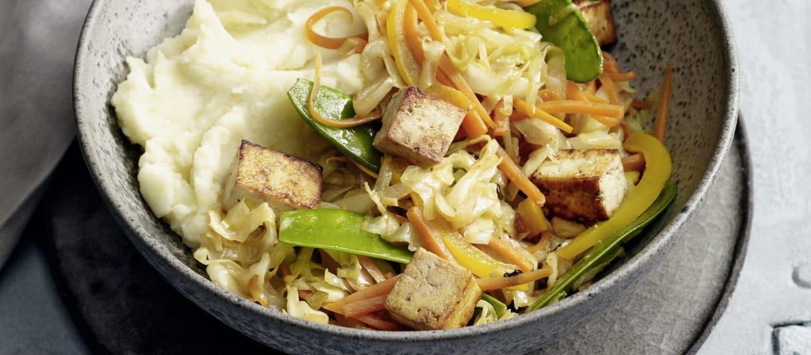 Spitzkohlpfanne mit Tofu und Kartoffel-Kokos-Püree