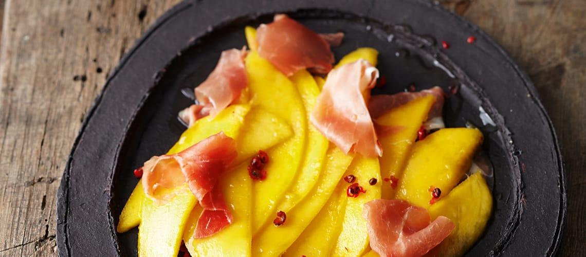 Mangocarpaccio mit luftgetrocknetem Schinken