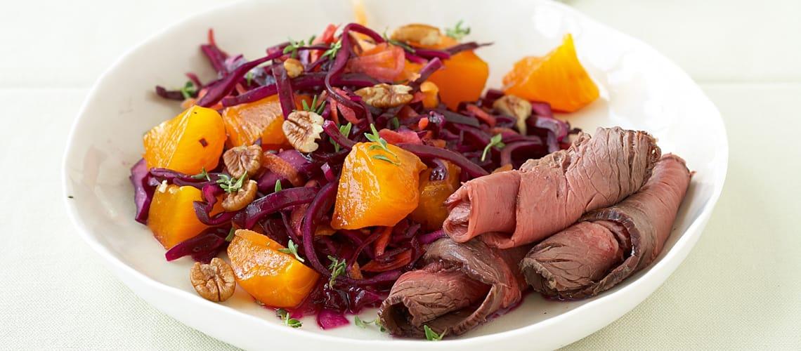 Rotkohl-Kaki-Salat mit Roastbeef