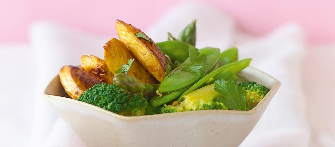 Safran-Hähnchenstreifen auf gedämpftem Gemüse