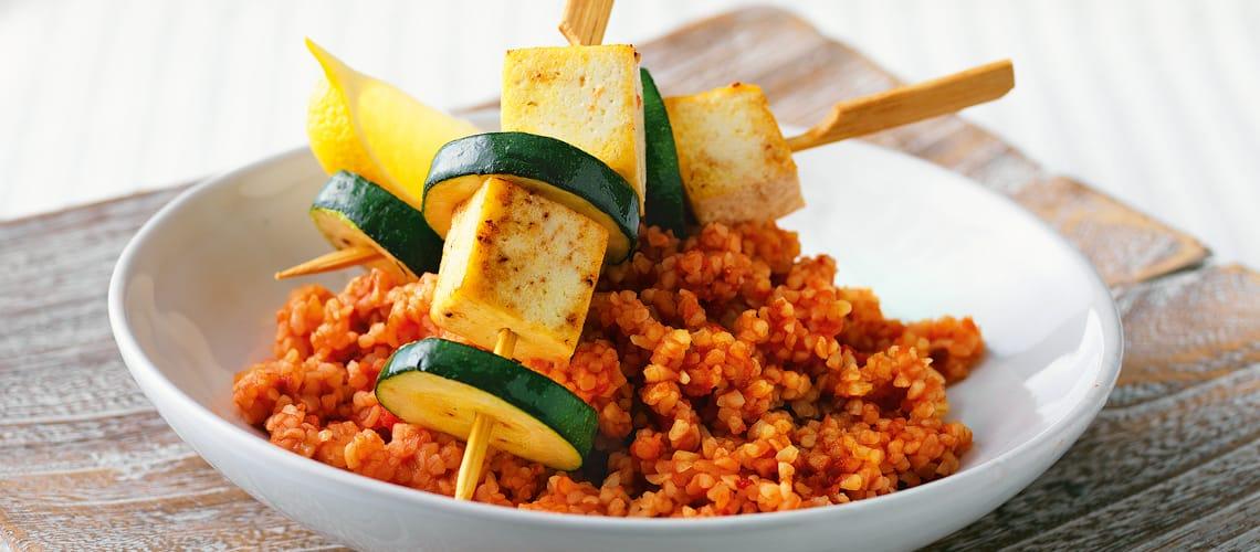Tomaten-Bulgur mit Tofuspießen