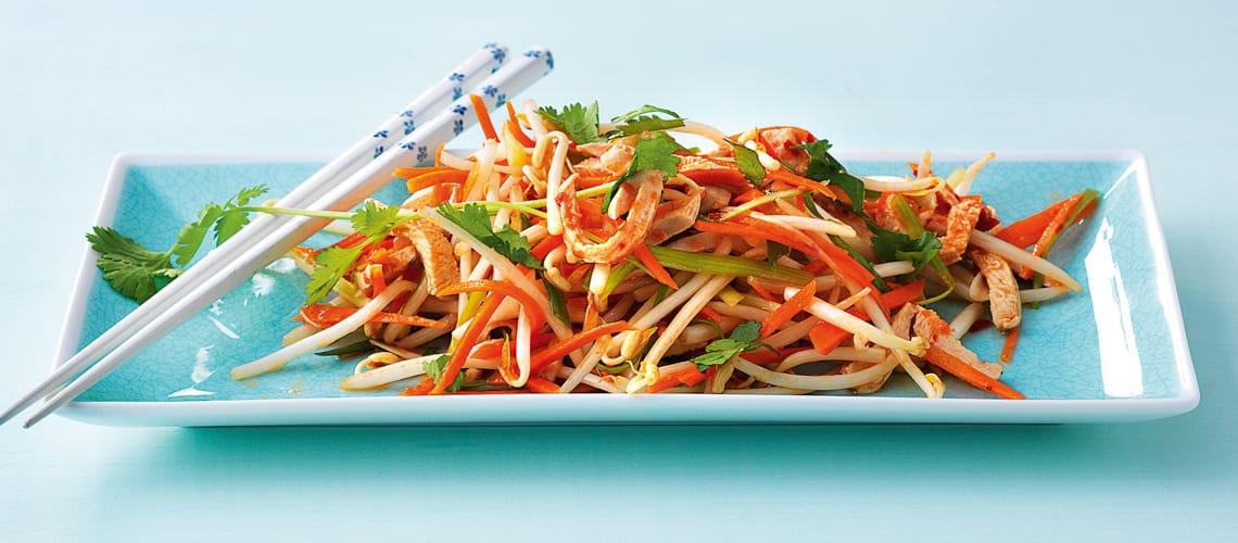 Sojasprossensalat mit Huhn und Gemüsestreifen