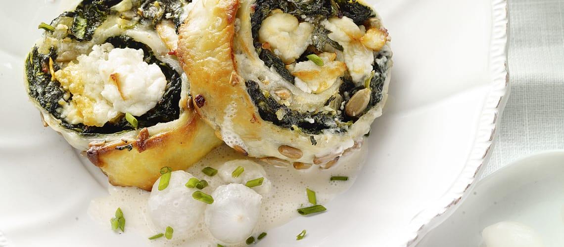 Spinat-Blätterteig-Schnecken mit Senf-Rahmsauce