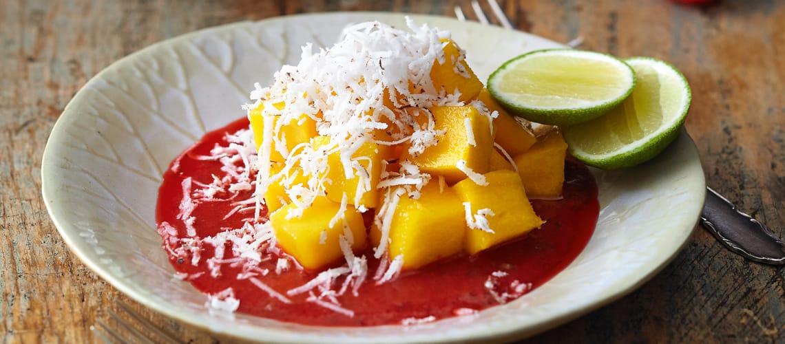 Mango mit frischen Kokosraspeln und Himbeerpüree
