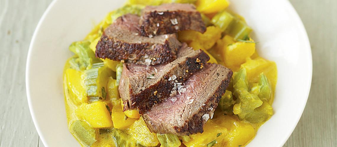 Rindersteak mit Kartoffelstampf und süßen Karotten